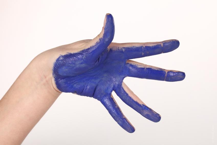 main bleue painture