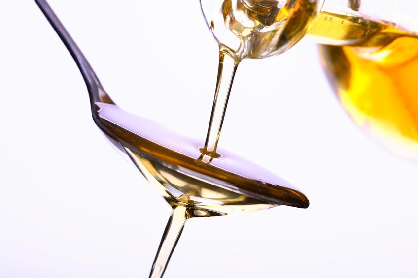 huile versée cuillère