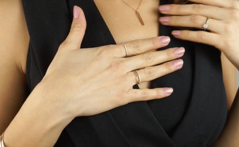 assortir bijoux bagues vêtements